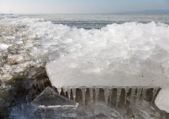 Az erős északi szélben a jég feltorlódott a parton.
