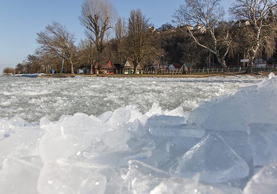 Az erős északi szél miatt tarajosra fagyott a víz Fonyódon, a Balaton partján.