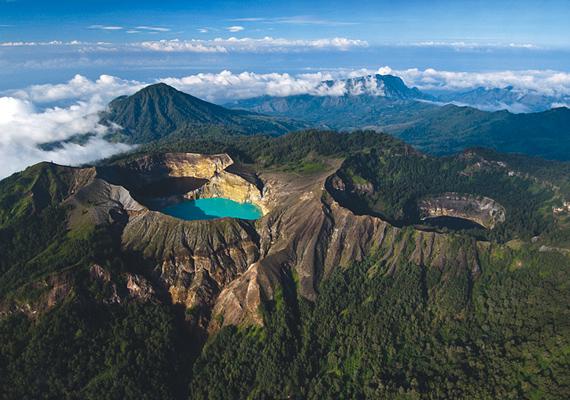 Az indonéziai Kelimutu-tavak egy vulkán tetején helyezkednek el, egyediségük pedig eltérő színükben rejlik.