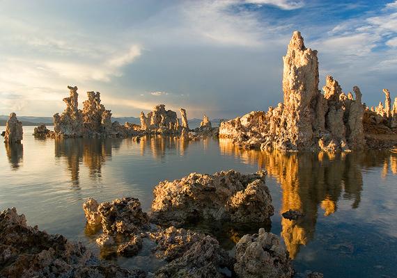 Észak-Amerika egyik legöregebb vízfelülete a Mono-tó, amelyet érdekes, kimagasodó sziklái tettek híressé.