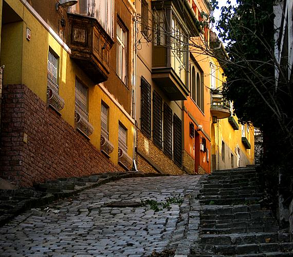 A Rózsadombon található zegzugos, macskaköves, mediterrán és egyben misztikus hangulatú utca önmagában és Gül baba türbéje miatt is érdekes.