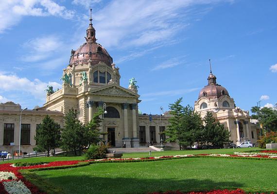 A budapesti Széchenyi fürdőben már számos híresség megfordult, nemrégiben éppen Helen Mirren tervezte, hogy ellátogat a nagy múltú épületbe egy kis csobbanásra.
