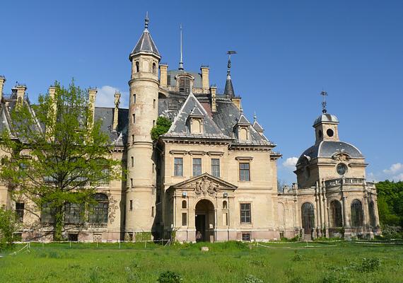 De nemcsak a Balaton part vonzotta a színészpár női tagját - Angelina teljesen beleszeretett a turai kastélyba is.