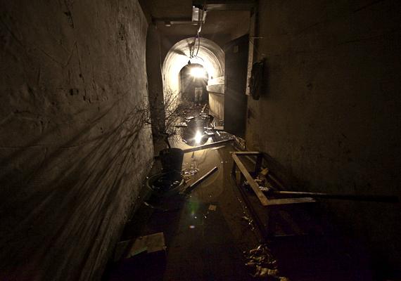 A szovjetek atomfegyverkezése miatt épült rendszer körülbelül 8-18 méterrel a felszín alatt helyezkedik el.