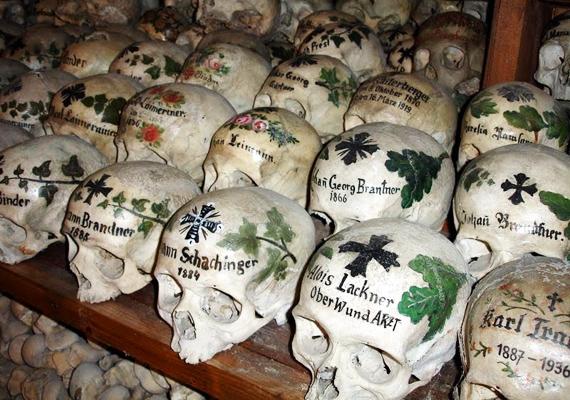 A hallstatti temetőben nem egyszerű csontvázak, hanem kidíszített és névvel ellátott koponyák sorakoznak.