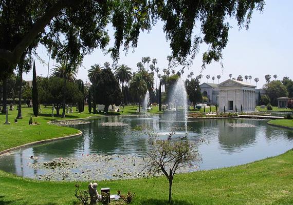 A hollywoodi Forever temető furcsasága abban rejlik, hogy úgy járnak ki ide az emberek, mint például fővárosiak a Margit-szigetre.