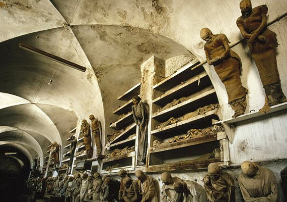 A palermói katakombák nyolcezer mumifikálódott testet rejtenek magukban, a legutolsó holttestet a 15. században helyezték örök nyugalomra.