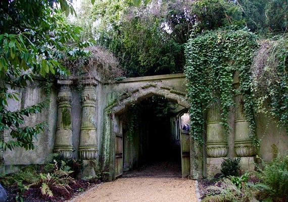 A londoni Highgate temetőről többen állítják, hogy a sírjaiból szellemek emelkednek ki, akik testet keresnek az ide látogató hozzátartozókban.