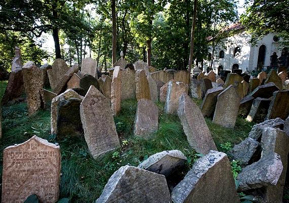 A prágai zsidó temetőben 12 réteg mélységben állnak sírok, ugyanis a vallás szerint tilos elmozdítani őket a helyükről.