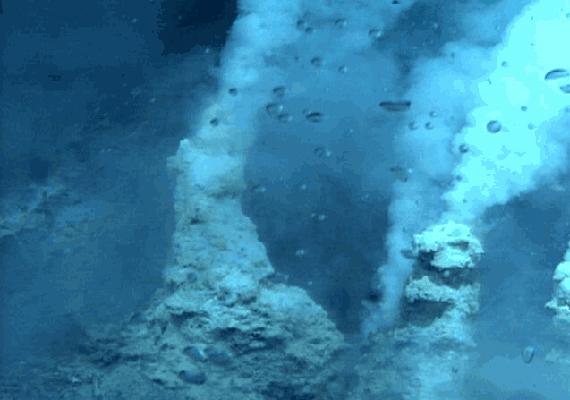 A mélyedésben található felszíni formákról ennél jobb minőségű felvételeket nehéz készíteni.