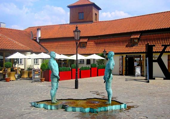 A Prágában látható Franz Kafka Múzeum előtti szobrok önmagukért beszélnek minden tekintetben.