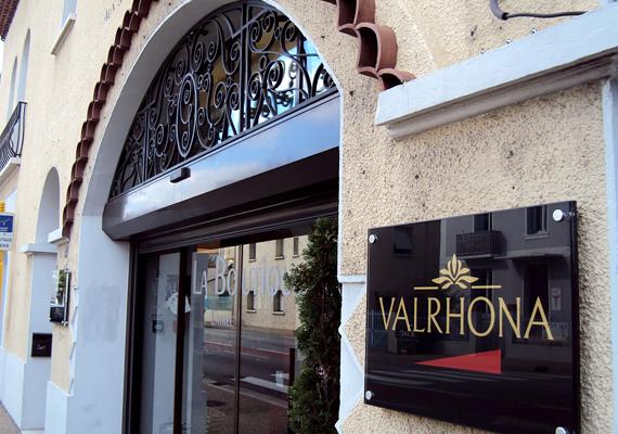 A franciaországi Valrhona Csokoládégyár a világ egyik leghíresebb édességének otthona. Az üzemet meg is lehet látogatni, szinte minden nap nyitva van.