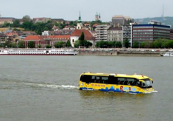 A közkedvelt vízibusz, vagyis Riverride Európa első kétéltű városnéző programját jelenti.