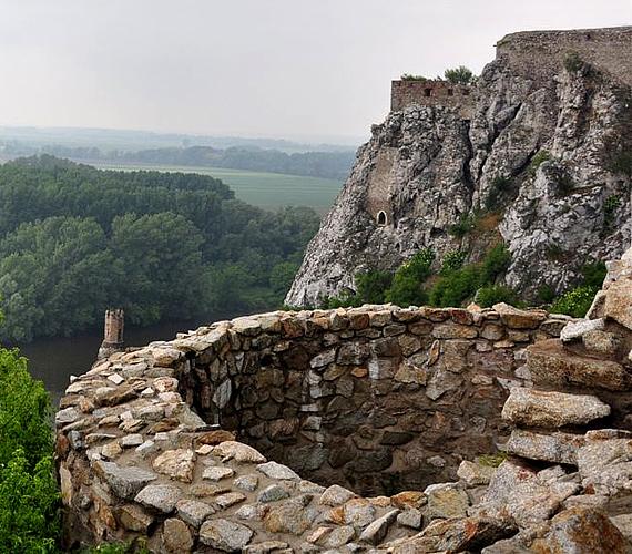 A szlovákiai Dévény vára egy hatalmas sziklacsúcson emelkedik, a Duna és a Morva folyók összefolyásánál.