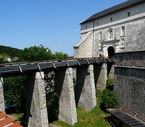 Az ausztriai, 14. században épült fraknói vár népszerű búcsújáróhely. Az épület teljes épségében megmaradt.