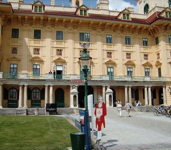Az ausztriai Kismarton Esterházy-kastélyáról híres, valamint az épületről, melyben Haydn élt és alkotott.