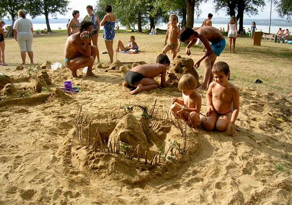 A balatonőszödi strandot kifejezetten gyermekbarátnak tartják, amihez az árnyékos helyek is hozzájárulnak.