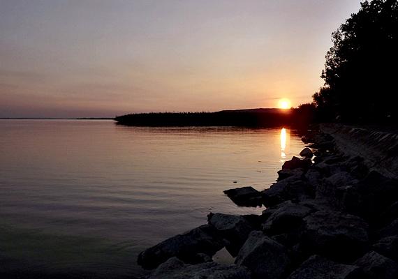 A gyönyörű Szigliget a természet legjavát nyújtja az utazóknak, ami igaz fás-árnyékos strandjára is.