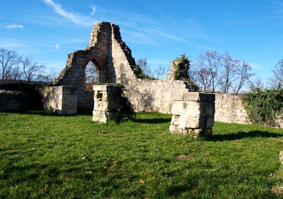 A Schlossberg-rom a Mecseknádasd fölötti dombról vet árnyékot a falura.