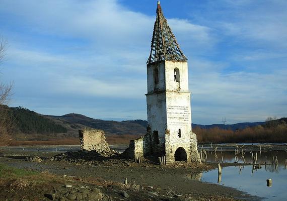 Az elárasztott Böszödújfaluból csak a templom fehér tornya maradt meg. Ha Romániában jársz, mindenképpen látogasd meg, amíg még lehet.