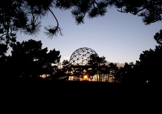 Itt lehet megcsodálni továbbá az ország egyik legfurcsább kilátóját, a Gömbkilátót.