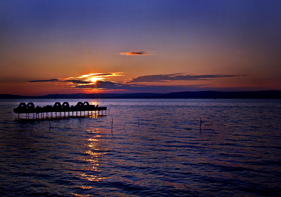 A déli parton fekvő Balatonföldvár gyaloghídjáról, földváráról és parkerdőjéről is híres.
