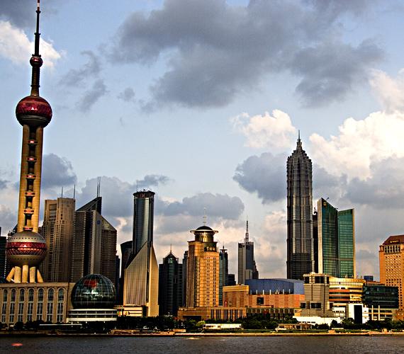 Az 1900-as évek eleje óta Sanghai több mint két métert süllyedt. A jelenség oka a talajvíz kiszivattyúzása, valamint a toronyházak építése.