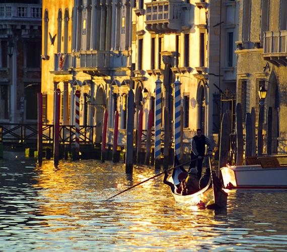 A kiszivattyúzott talajvíz, az áradások és a tengerszint emelkedése miatt a vízre épült város, Velence a mai napig süllyed.