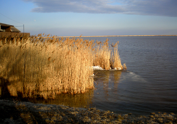 A Fertő-tó teljes kiszáradására már volt példa, így napjainkban, hazánk globális felmelegedésben való fokozott érintettsége miatt kiemelt feladat a megóvása. Ha a tó nem is tűnik el, a híres Fertő-tavi nádasok már most nagy mennyiségben pusztulnak.