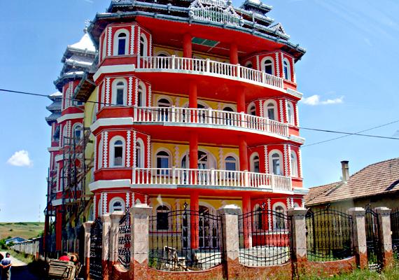 Bánffyhunyadon több híres cigánypalota is található: a képen látható vörös ház miatt sokan látogatnak ide.