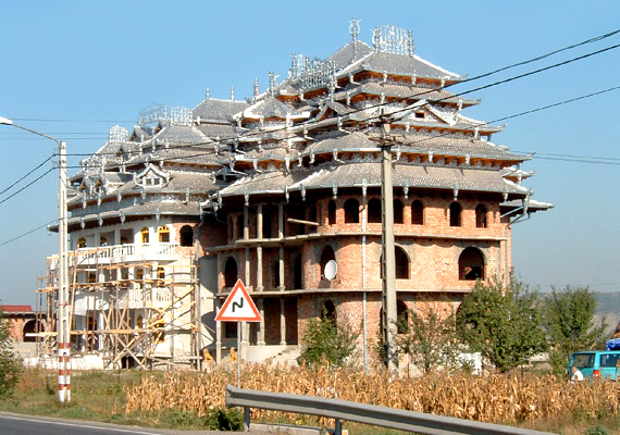 Cigánypalota Temesvár mellett: hatalmas épület, többszintes, díszes tetőszerkezettel.