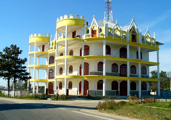 A Buzescu nevű kis falu hatalmas roma palotáiról híres, melyekből több is sorakozik a helyi utcákban.