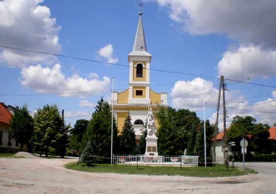 1944 novemberében a költő, Radnóti Miklós az erőltetett menet során munkaszolgálatos társaival együtt a Győr melletti Abda határához érkezett. A legyengült férfit és több társát itt lőtték tömegsírba.