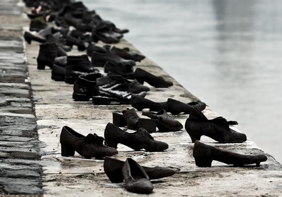 A Cipők a Duna-parton nevű emlékművet Budapesten állították fel a II. világháború idején a nyilasok által a Dunába lőtt áldozatok emlékére.