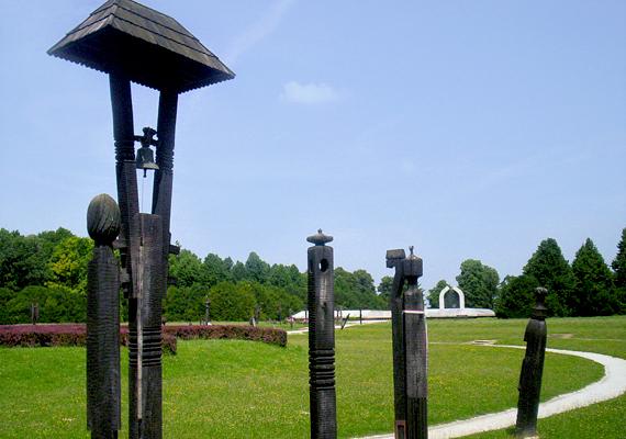 A Mohácsi Emlékpark az 1526 augusztusában itt elesett, mintegy 18 ezer magyar katonának állít emléket.