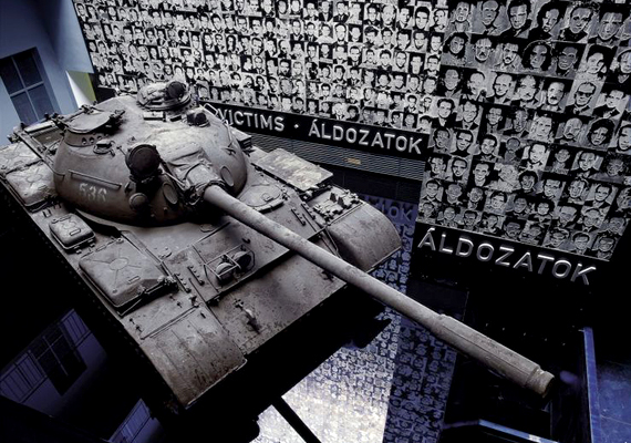 A budapesti Terror Háza azoknak állít emléket, akik a 20. század diktatúráinak estek áldozatul.