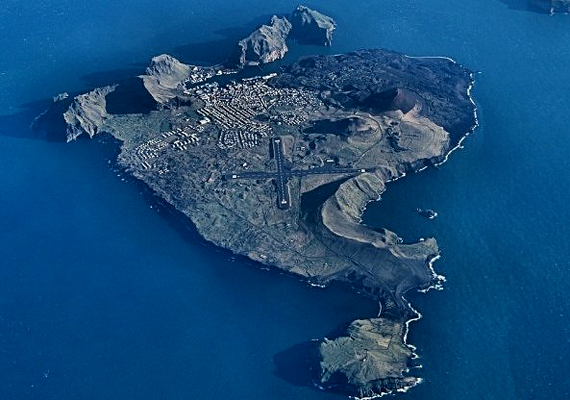Az izlandi Eldfell-vulkán 1973-ban produkálta egyik leglátványosabb és legveszélyesebb kitörését: a víz alól kiáramló láva Heimaey egész kikötőjét veszélyeztette.