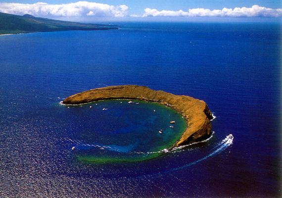 A hawaii Mauin található Molokini Crater, bár látványos kitöréseiről ismert, a turisták, különösen a búvárok körében máig népszerű.