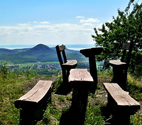 Az egyik legszebb tanúhegyről, a Szent György-hegyről nem csupán a Balatonra nyílik csodás kilátás, de a többi egykori, ősi világot idéző vulkáni kúp is jól kivehető.