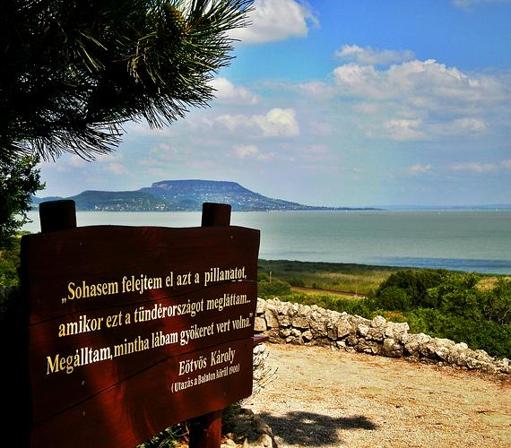 A balatongyöröki Szépkilátó a 71-es főút mellett található. Szép időben belátható innen a Tapolcai-medence, sőt, az egész Balaton.