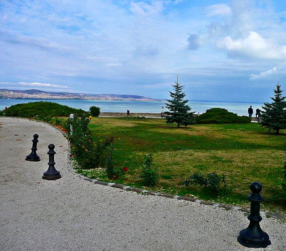 A tihanyi félszigetről a Balatonra nyíló kilátás talán a legszebb színeiben mutatja meg a magyar tengert. Érdemes érte felkapaszkodni az apátsághoz.