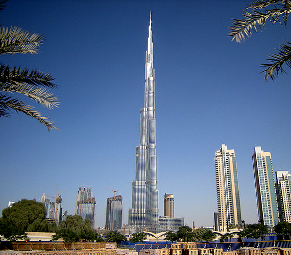 A listavezető 828 méterével ma a dubai Burj Khalifa. Egyesek szerint túl sokba került, továbbá 34 munkás halála köthető hozzá.