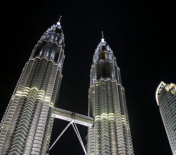 A Kuala Lumpurban található, malajziai Petronas-tornyok 452 méter magasak. 1998-ra épültek fel.
