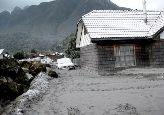 Chaitén települését a kitörés előtt 4200-an lakták. A vulkán 2008 májusában tört ki.