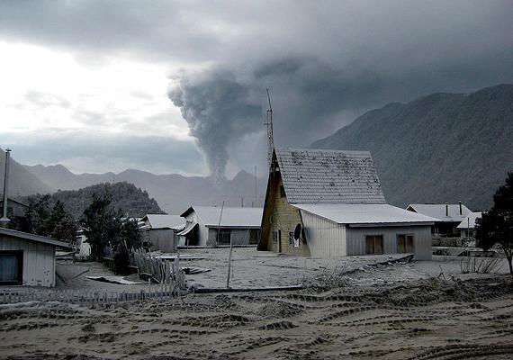 A meginduló törmelék lassan elárasztotta a falut, több mint egyméteres rétegben befedve a járműveket, épületeket.