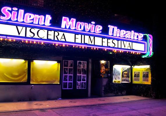 A Silent Movie Színház szellemei nem mások, mint az előző két tulaj, Hampton és Austin. Előbbi az emeleti társalgóban, utóbbi az előcsarnokban rémisztget.