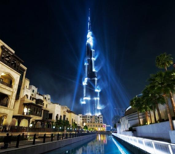 A dubai Burj Khalifa 828 méteres magasságával a világ leghatalmasabb épülete.