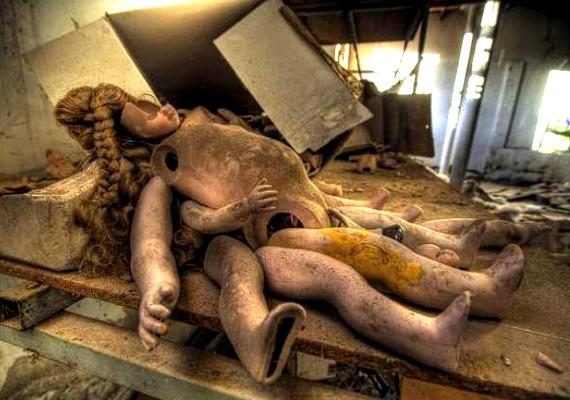 Az épület belsejét mindenütt régi babák, hajjal teli dobozok és testrészek borítják.
