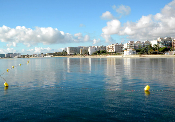 A spanyolországi Ibizán található Playa d'en Bossa a leghosszabb strand a környéken, egyúttal híres hedonizmusáról.