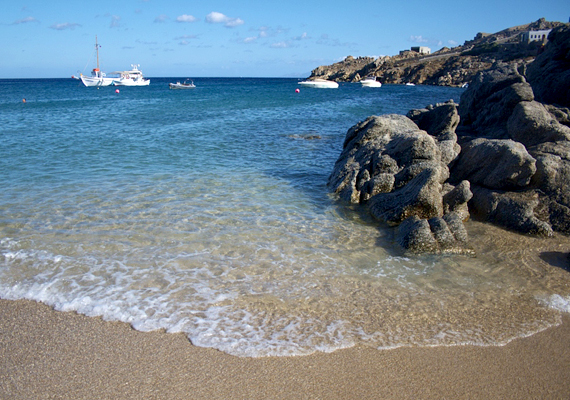 A görögországi Mykonos sziget Paradise Beach-én is bárki meztelenre vetkőzhet.